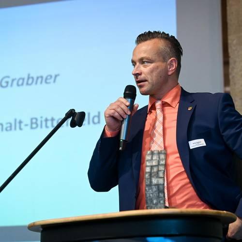 Landrat Andy Grabner lobt die innovativen Unternehmen und ermutigt zu weiteren Hoechstleistungen. © EWG Anhalt-Bitterfeld GmbH (Urheber Heiko Rebsch)