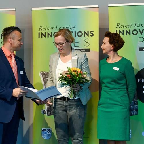 Zum Empfang der zweiten Anerkennungsurkunde wurde die Abena GmbH auf die Buehne gebeten, fuer ihre Pflegeinnovation Abena Nova. © EWG Anhalt-Bitterfeld GmbH (Urheber Heiko Rebsch)