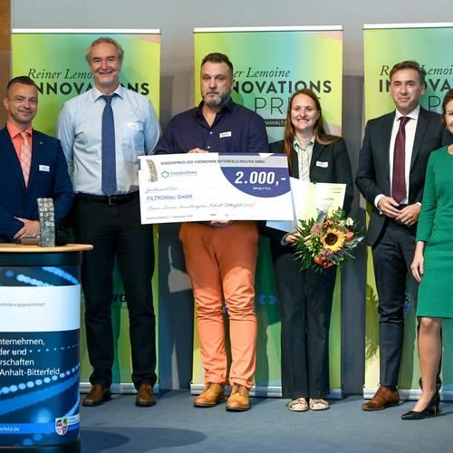 Strahlende Innovatoren aus dem Hause Filtrontec GmbH freuen sich ueber den Erfolg ihrer Luftfaßsäule. © EWG Anhalt-Bitterfeld GmbH (Urheber Heiko Rebsch)